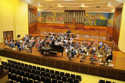 La Orquesta de Euskadi, bajo la dirección de Miguel Angel Gómez Martínez y con el pianista Josu De Solaun en su Temporada de Abono