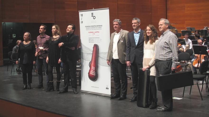 De izda. a dcha.: Elena Mtz. de Murguía (viola), Héctor Marqués (percusión), Mojca Erdmann (soprano), Robert Treviño (director titular),  Joxean Muñoz (viceconsejero de cultura), Oriol Roch (director general), Amaia Asurmendi (violín), Tomás Ruti (fagot)