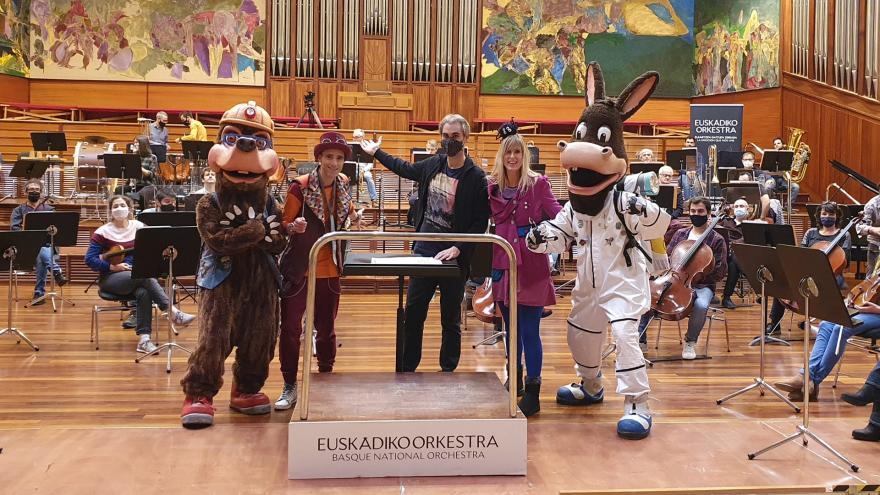 Satorjator, Eneko, Juanjo Ocón, Nerea y Astonauta posan delante de la orquesta.